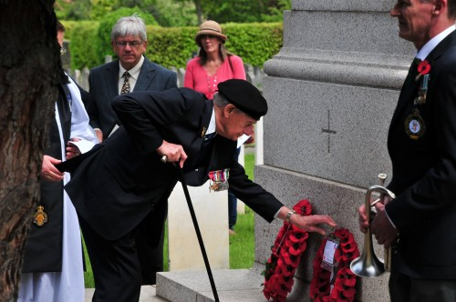 Colonel David Blum laying wreath 100515